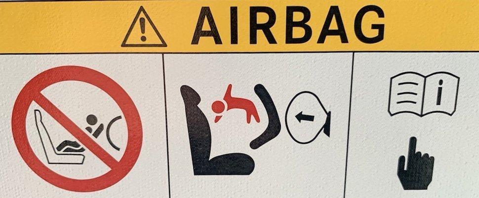 Použití airbagu - dětská autosedačka na předním sedadle