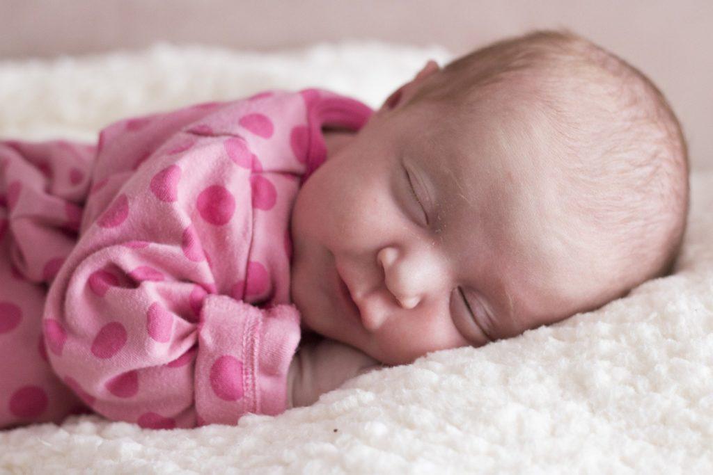Spokojené dítě spící v dětské postýlce